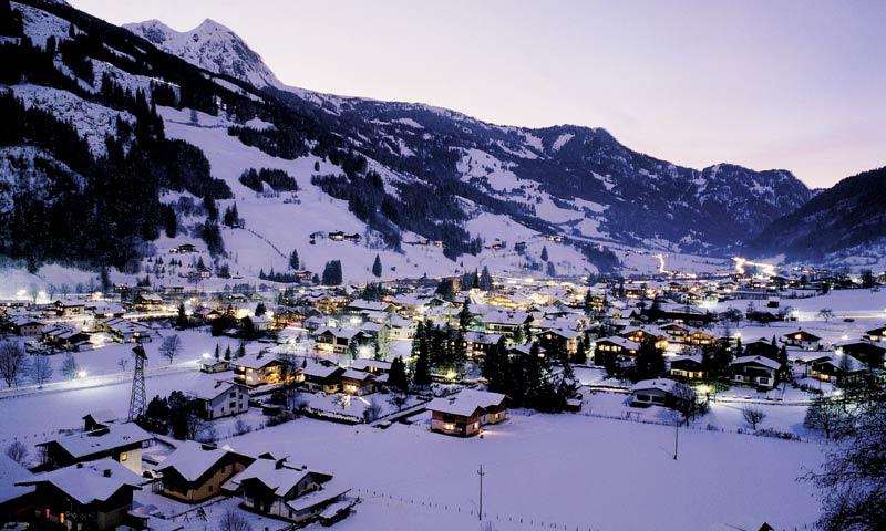 Impressie van wintersport in Dorfgastein bij nacht